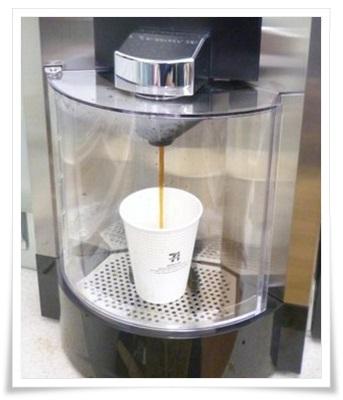 セブンコーヒーの買い方&入れ方!カップの使い方や持ち帰り方法も、コーヒーメーカー、入れてる途中