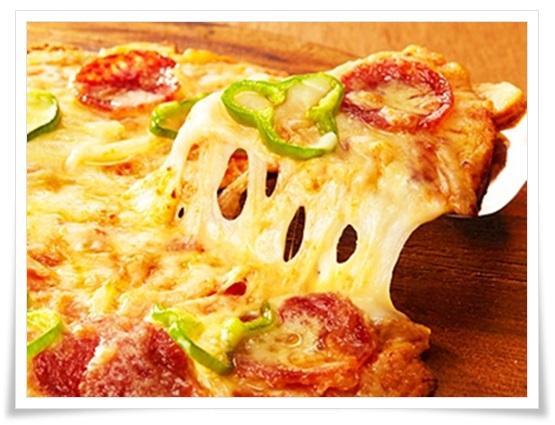 セブンイレブンの箱ピザvs宅配ピザ!味、値段、カロリーどれもが…ピザハット10