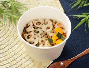 白菜や大根・にんじん・小松菜など、※1/2日分の野菜が摂れる具だくさんスープです。あごだしを使用した、うまみとだし感のあるスープで仕立てました。白身魚とごぼうを使用したつみれ入りです
