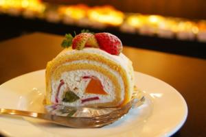 ローソンのプレミアムロールケーキは冷凍保存OK?アレンジ方法も!